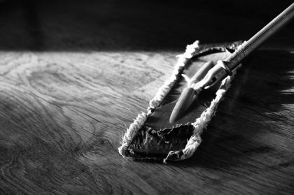 Jak szybko i skutecznie sprzątać podłogi w okresie zimowym?