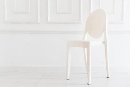 Transparentne krzesło do salonu